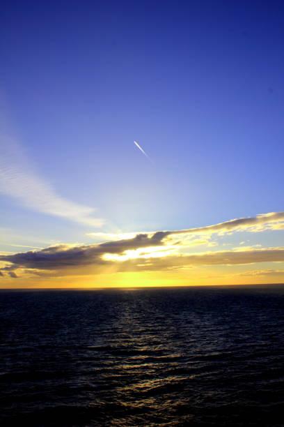 Goldener Sonnenuntergang über blaue Meer – Foto