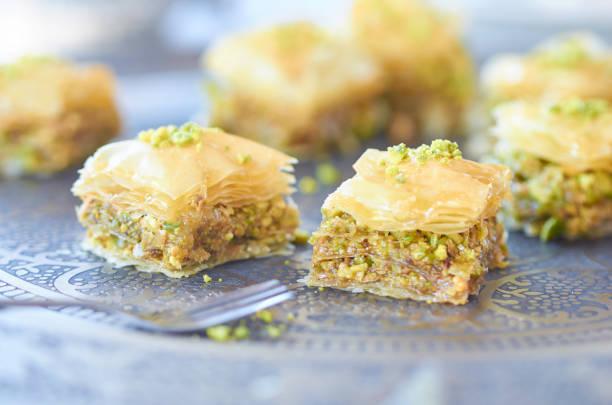 Or douce baklava fraîchement sorti du four avec pistache sur plateau - Photo