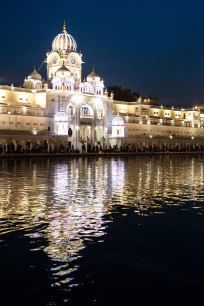 Goldener Tempel (Harmandir sahib) in Amritsar in der Nacht – Foto