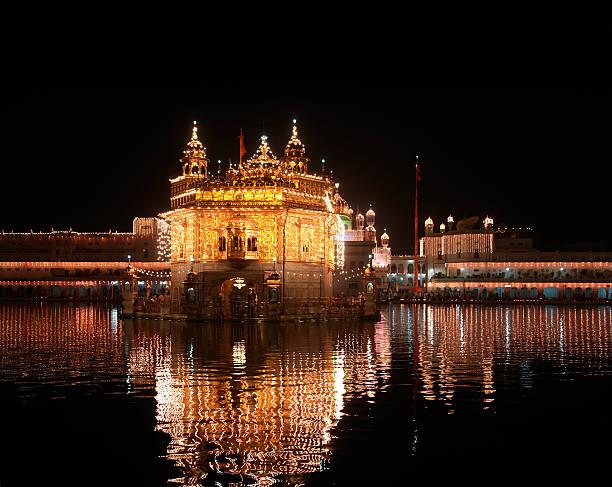 goldener tempel in amritsar, indien - goldener tempel stock-fotos und bilder