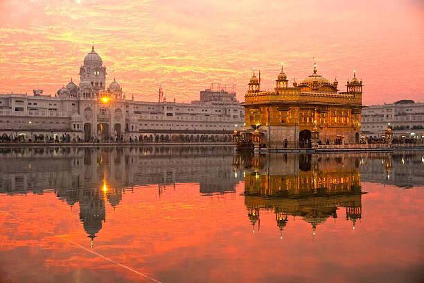 золотой храм в амритсар, пенджаб, индия. - индия стоковые фото и изображения