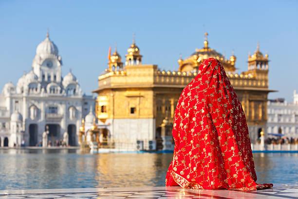 goldener tempel beten. - goldener tempel stock-fotos und bilder