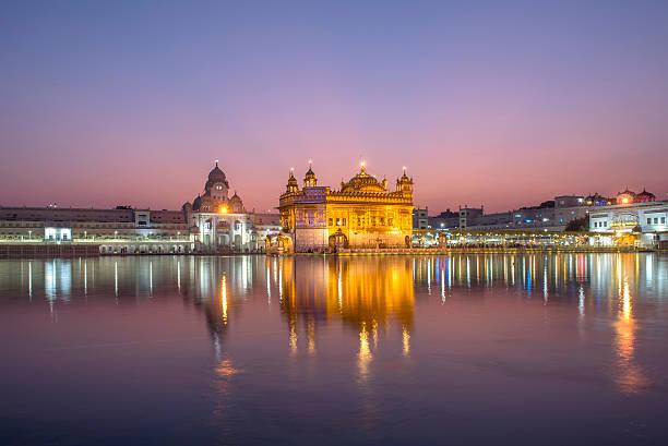 goldener tempel der wahrzeichen in amritsar, indien - goldener tempel stock-fotos und bilder