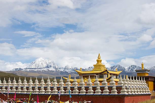 golden temple with yala snow mountain - ganzi tibet özerk bölgesi stok fotoğraflar ve resimler