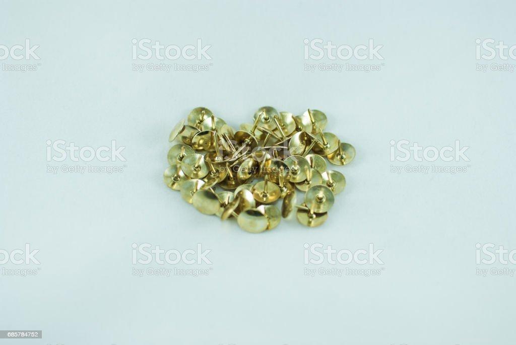 Beyaz zemin üzerine altın thumbstacks. İzole royalty-free stock photo