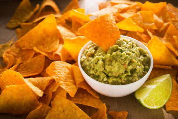 totopos dorados con guacamole - comida mexicana fotografías e imágenes de stock