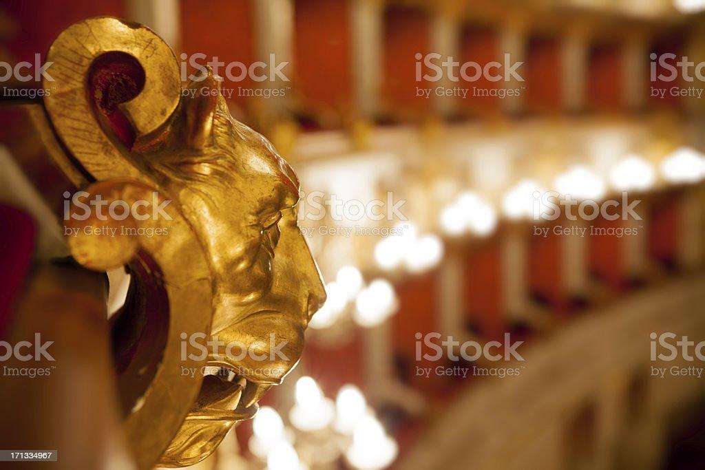 Golden lion en bois en configuration théâtre - Photo