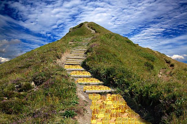Goldener Weg zum Ziel. Goldener Weg auf die Bergspitze zum Ziel. ziel stock pictures, royalty-free photos & images