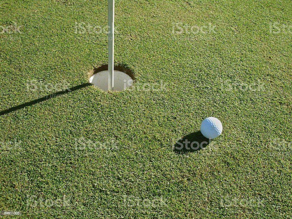 Мяч для гольфа и отверстия Стоковые фото Стоковая фотография