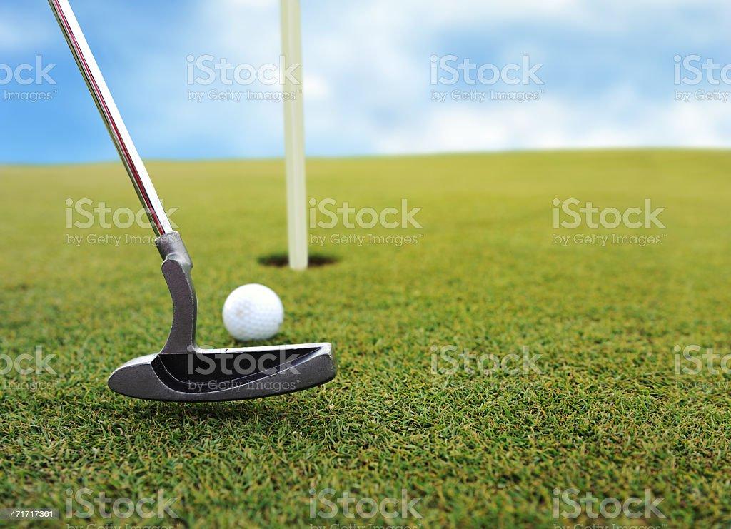 Pelota De Golf En El Hoyo On Grass Field - Fotografía de stock y más ...