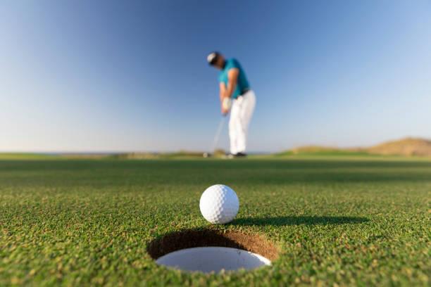 ゴルフ ボールが穴に入る成功した脳卒中 - クローズ アップ - リンク ゴルフ - ゴルフの写真 ストックフォトと画像