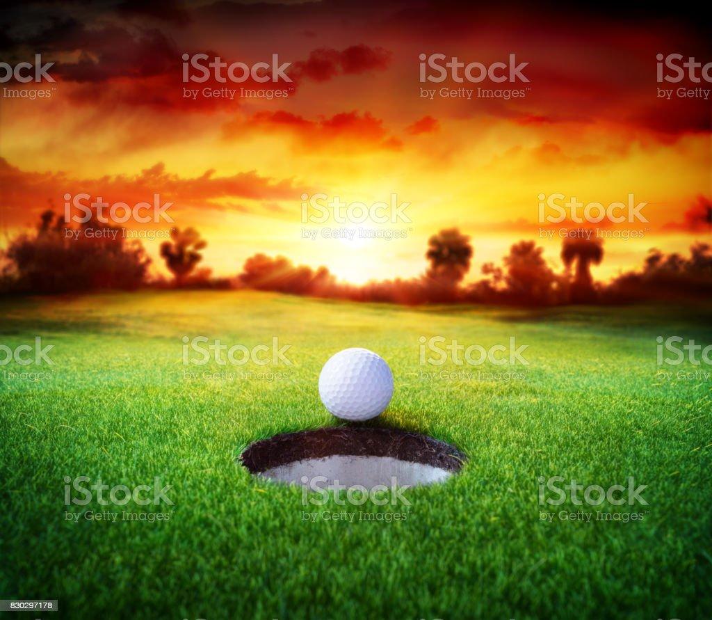 Golf de la bola en el agujero - Golf - foto de stock
