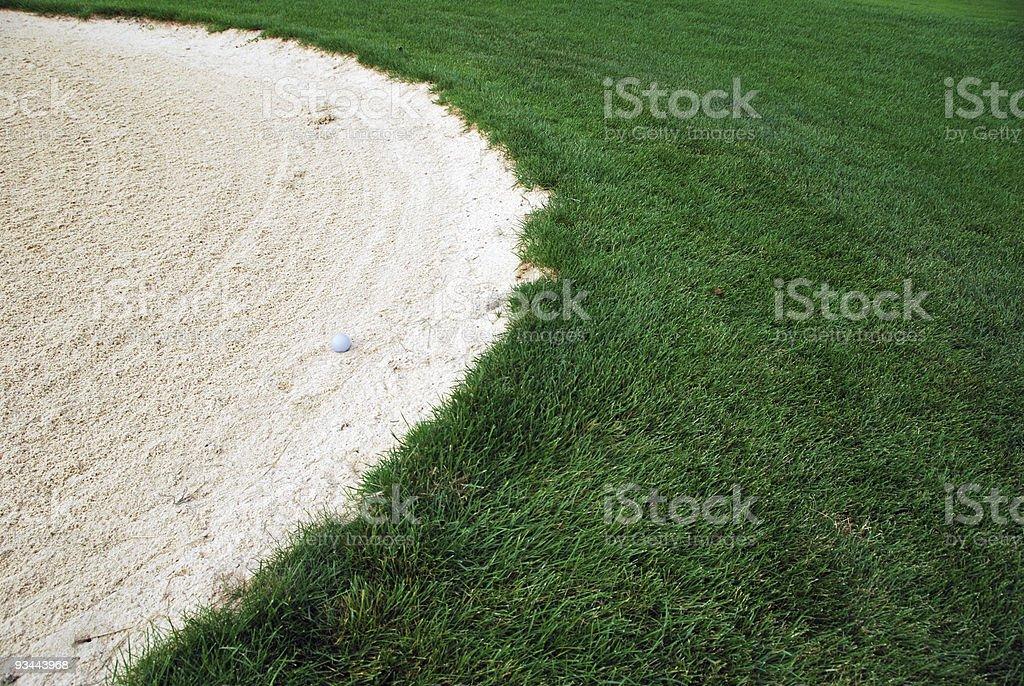 Golf Ball im sand trap Lizenzfreies stock-foto