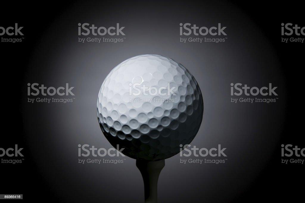 Piłka do golfa na tee zbiór zdjęć royalty-free