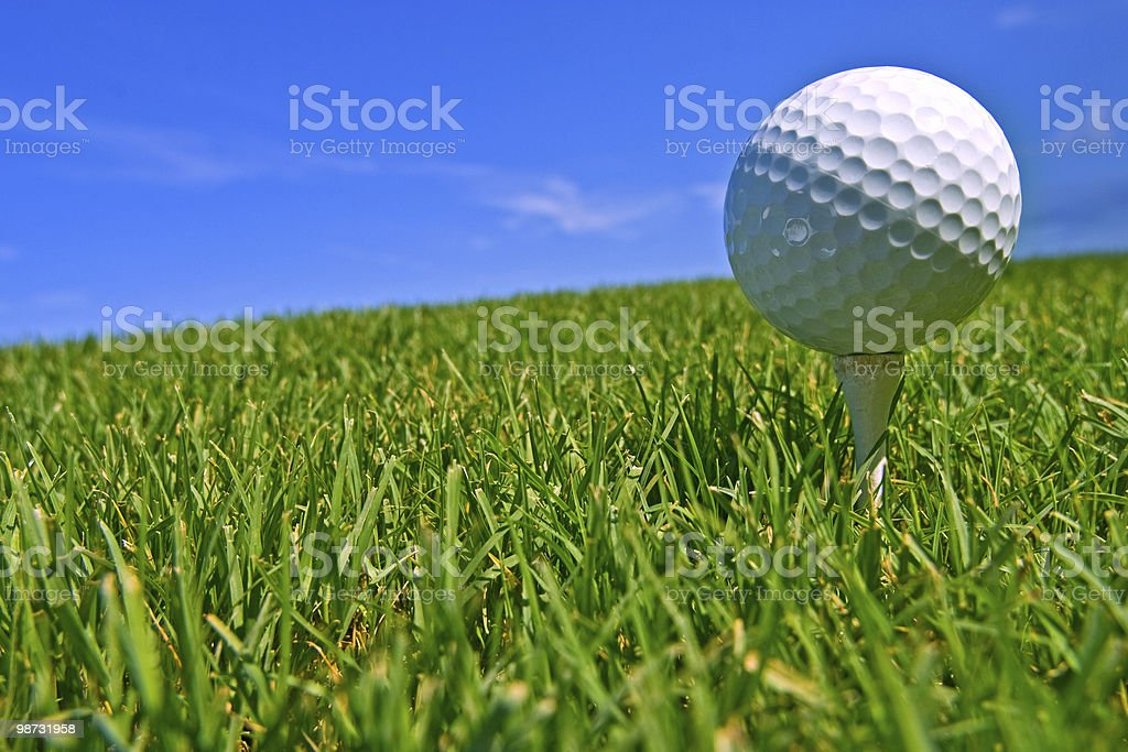 golf ball on tee royalty free stockfoto