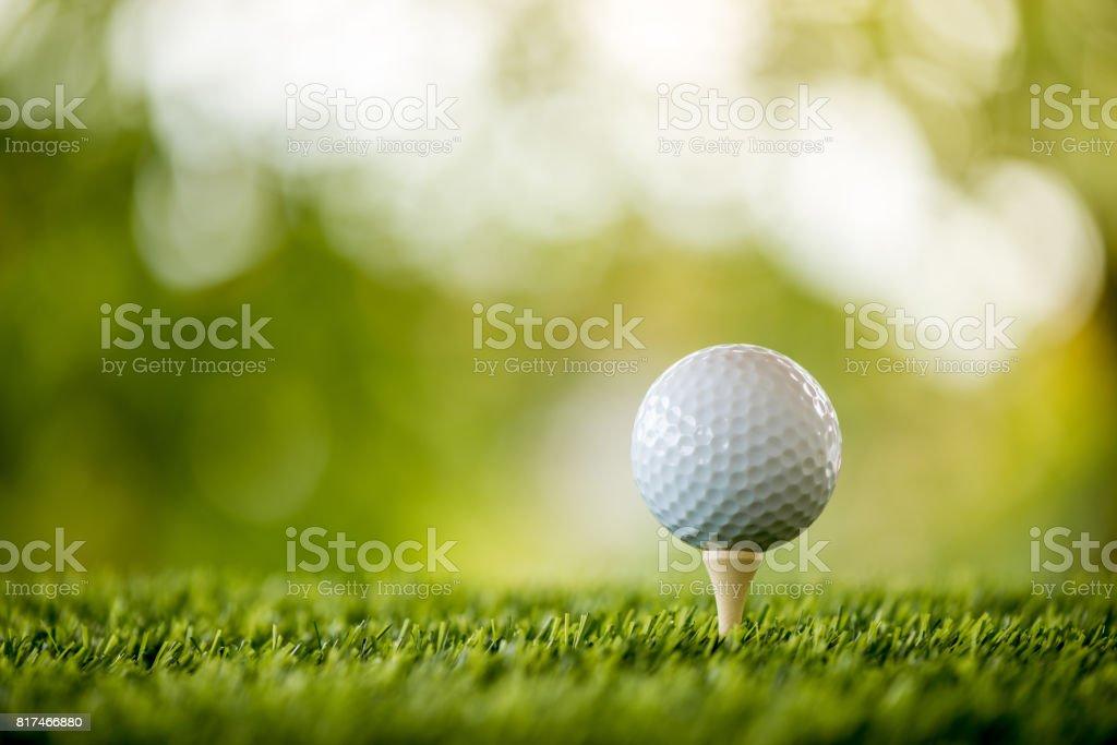 pelota de golf en el tee listo para jugar - foto de stock