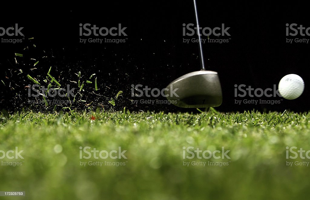 Balle de Golf frappé par conducteur avec fond noir - Photo