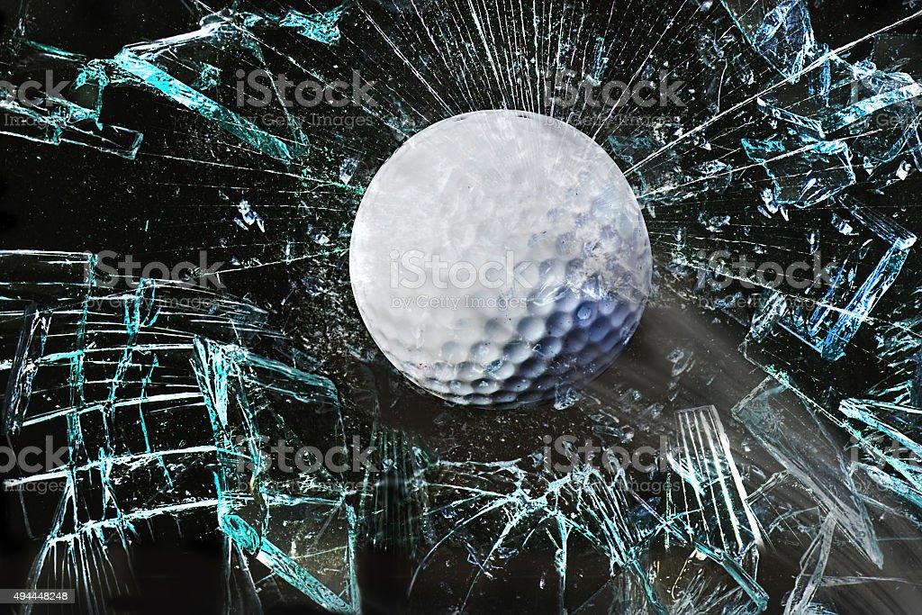 Balle de Golf à travers la fenêtre. - Photo