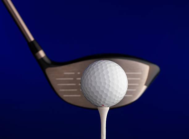 golfball mit fahrer - schiebermütze stock-fotos und bilder