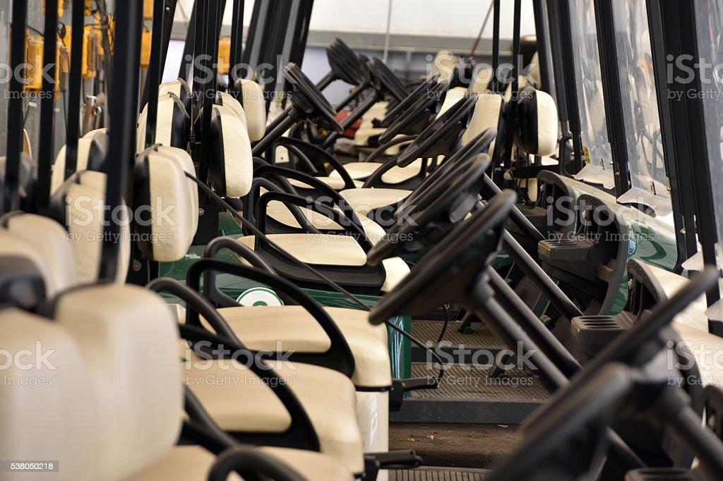 Une rangée de voitures de golf - Photo