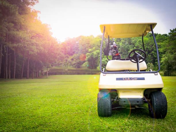 voiture de golf ou voiture-bar ou voiturette de golf sur fairway beau sur la présentation du parcours de golf - Photo
