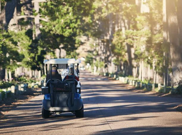 Voiturette de golf, entraînant une baisse belle avenue-feuilles - Photo