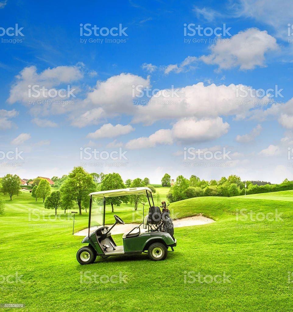 Voiturette de Golf vert champ de ciel bleu paysage de printemps - Photo