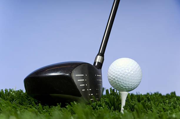 golf club und ball - schiebermütze stock-fotos und bilder