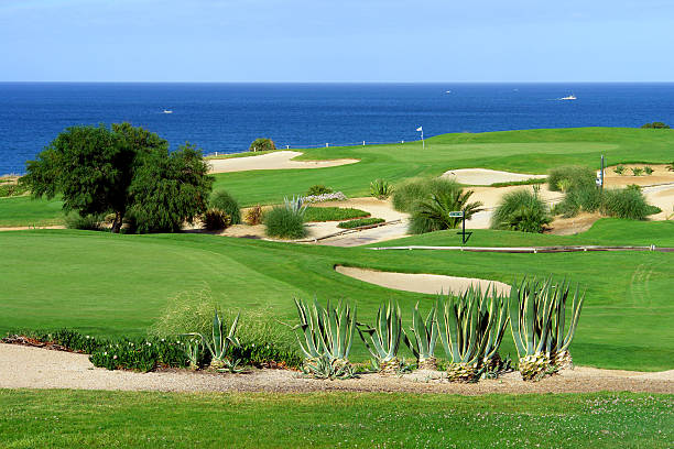 Campo de Golf junto al mar - foto de stock