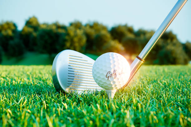 Golf-Eisen-Stock und Kugel auf dem Platz vor dem Aufprall. – Foto