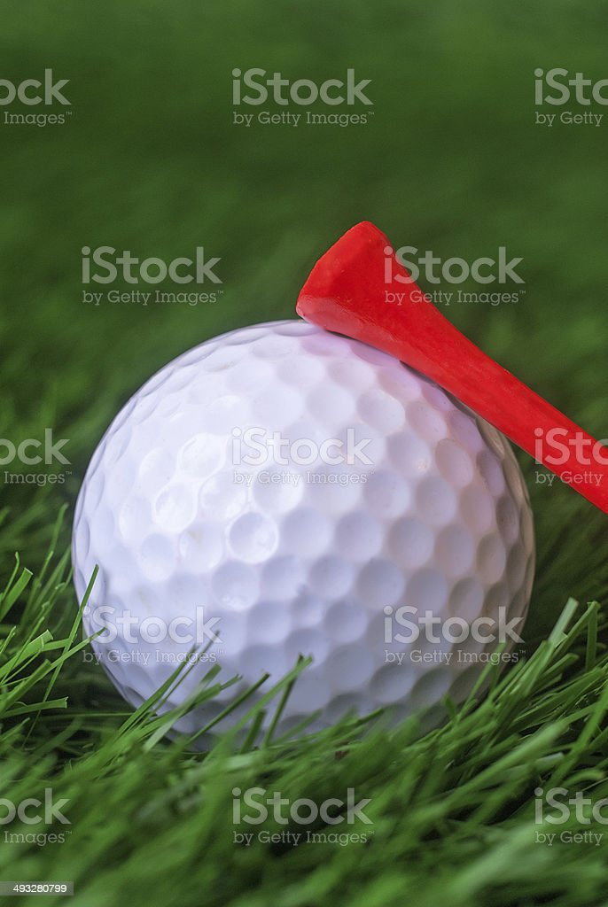 Pallina da golf con tee rosso