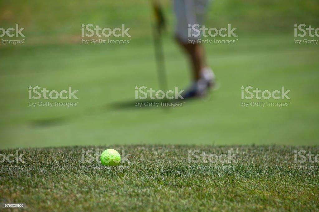golfista jugando partido de golf