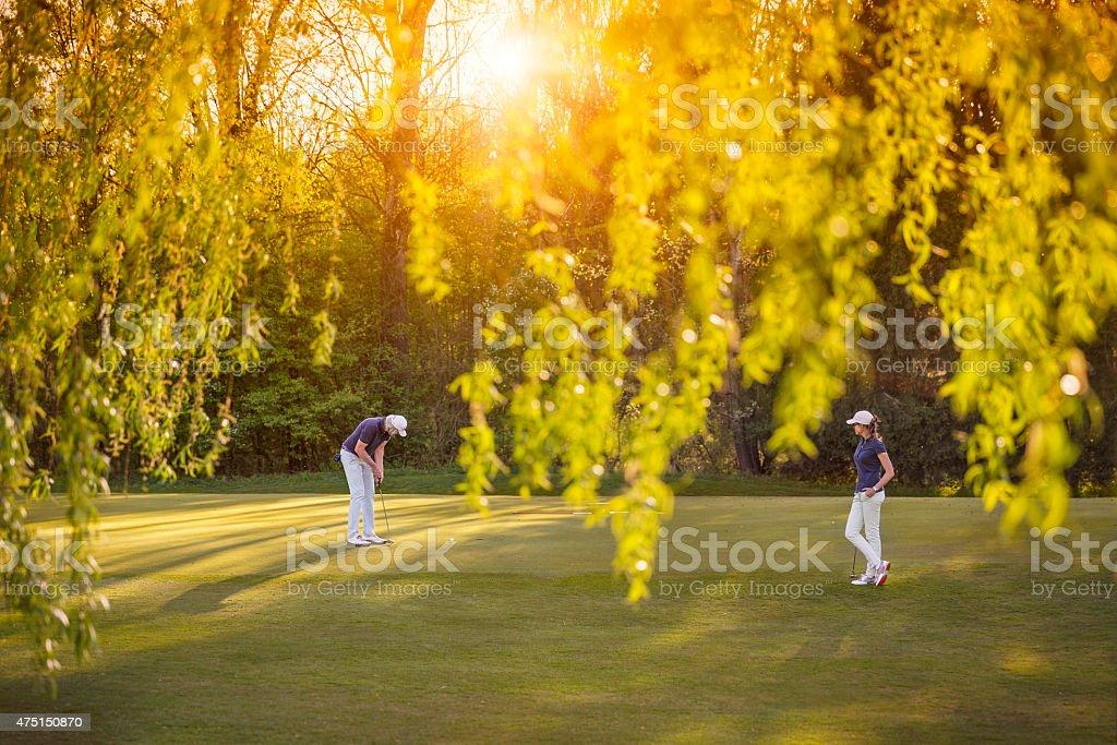 Joueur de Golf couple sur le green. - Photo