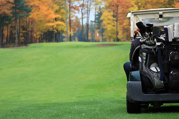 Joueur de Golf, équitation dans une voiturette de Golf en direction de Putting Green - Photo
