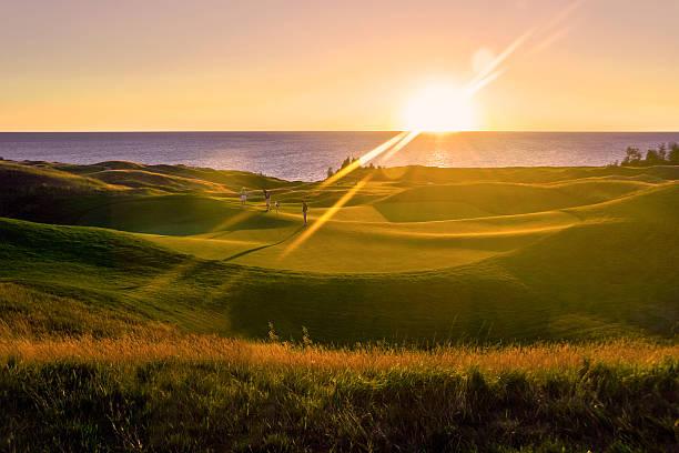 golf bei sonnenuntergang - lake michigan strände stock-fotos und bilder
