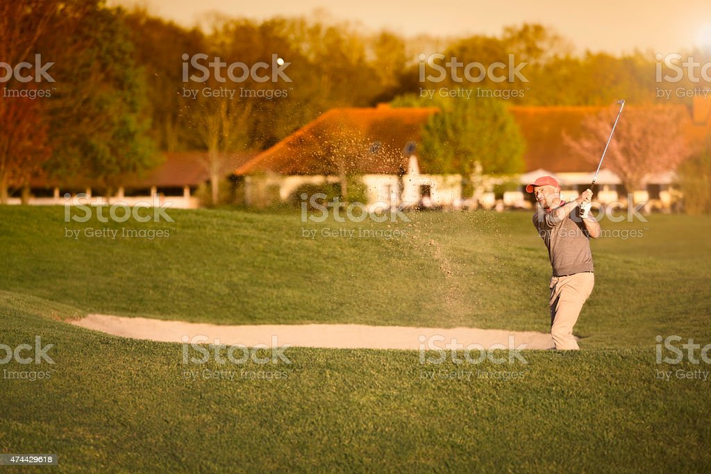 Golfeur au bunker. - Photo