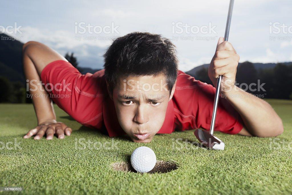 Golfeur envoyer le ballon dans une tasse. - Photo