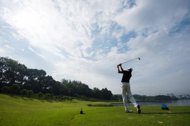 golfer making the long drive - golf foto e immagini stock
