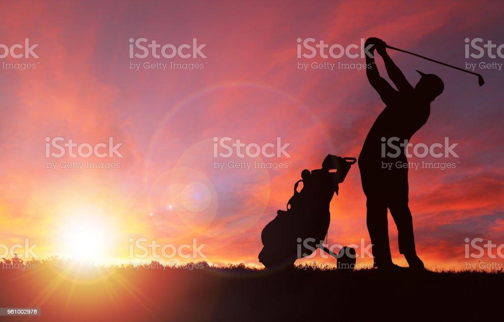 Silueta del golfista durante el atardecer con copia espacio - foto de stock