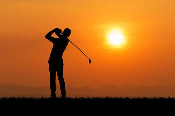 Silueta de jugador contra la puesta de sol - foto de stock