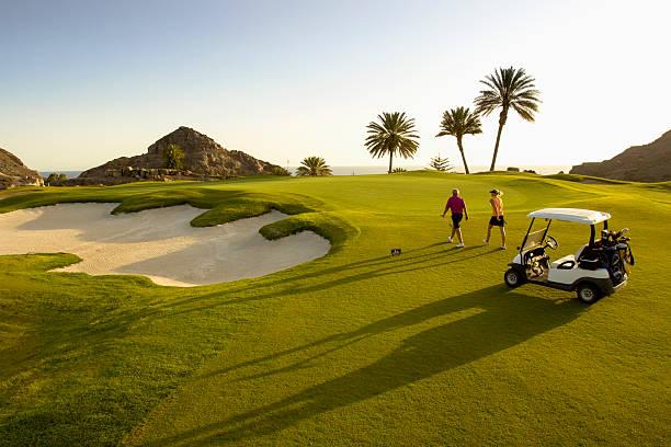golfiści na putting green - kurort turystyczny zdjęcia i obrazy z banku zdjęć