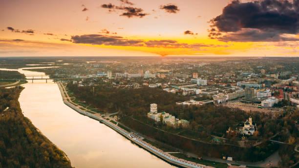 gomel, białoruś. widok z lotu ptaka na park miejski paskeviches palace i panoramę miasta homiel w jesienny wieczór. dzielnica mieszkalna i rzeka podczas zachodu słońca. widok z lotu ptaka - białoruś zdjęcia i obrazy z banku zdjęć