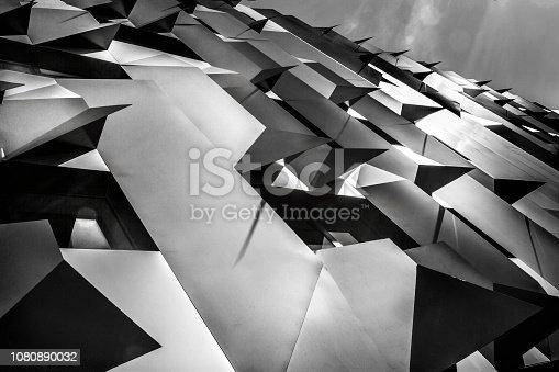 Détails d'une architecture contemporaine (Mur d'un nouveau bâtiment à Aix en Provence)- Architecture de type métallique et anguleuse - Vue en contre-plongée