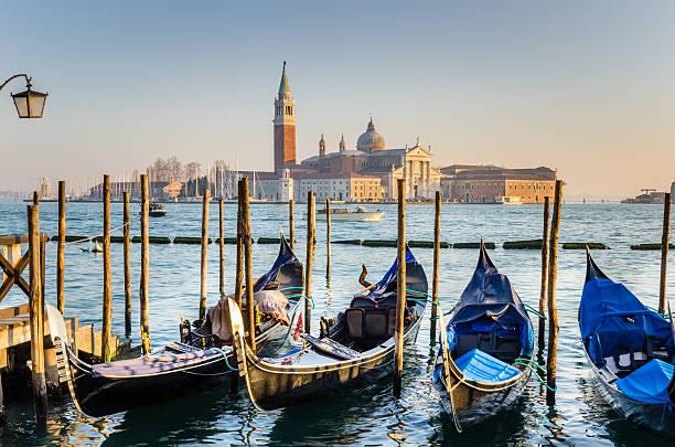 gondoals en venecia al anochecer - venecia fotografías e imágenes de stock