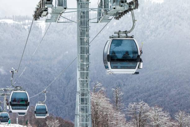 Gondelbahnen auf Skigebiet in den Winterbergen – Foto