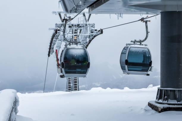 Gondelbahnen auf dem Gipfel des Berges im Winter – Foto