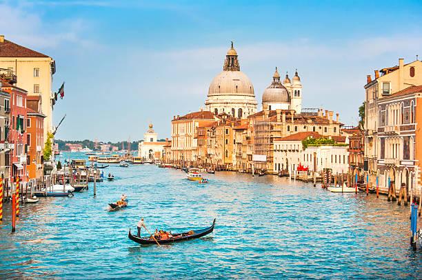 góndola en canal grande al atardecer, venecia, italia - venecia fotografías e imágenes de stock