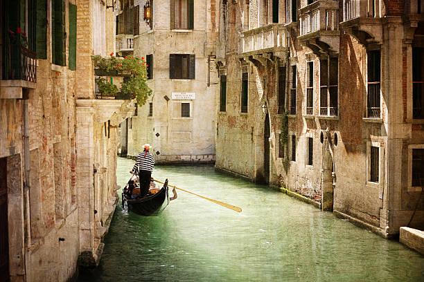 góndola en canal en venecia - venecia fotografías e imágenes de stock