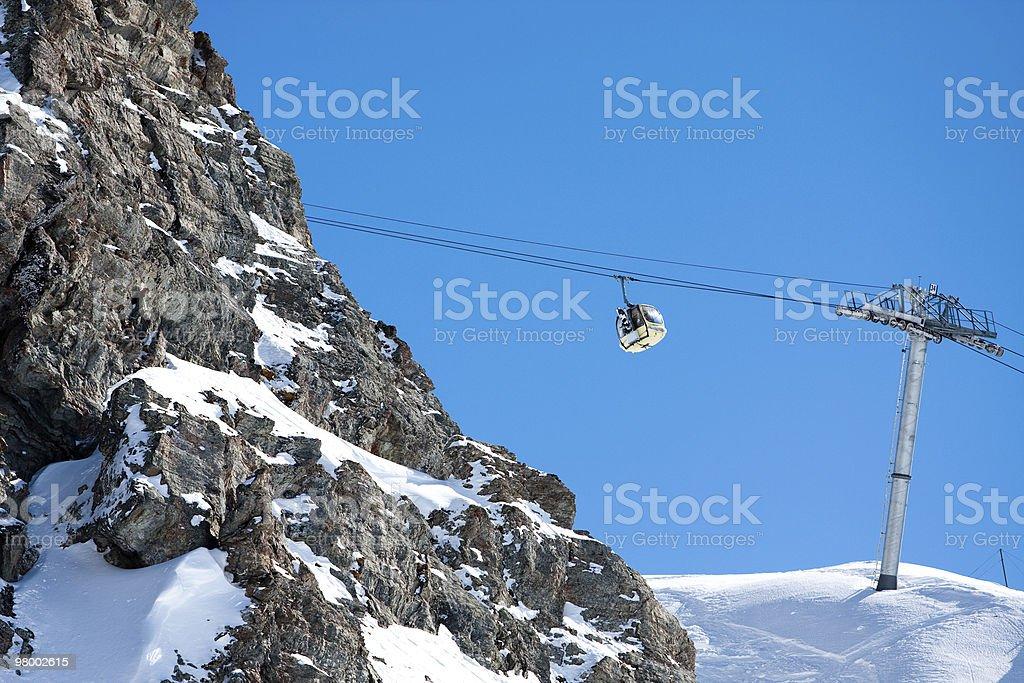 Gôndola teleférico de esqui nas montanhas altas foto royalty-free
