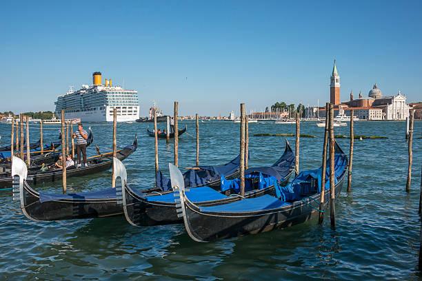 Gondolas and cruise in Venice - foto de stock
